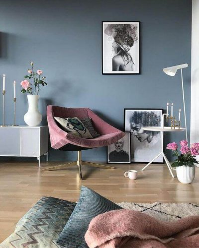 culoare living albastru vibrant si roz 3