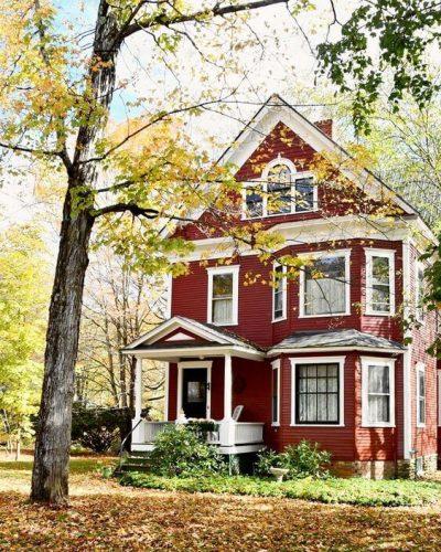 culori casa exterior negru rosu 5
